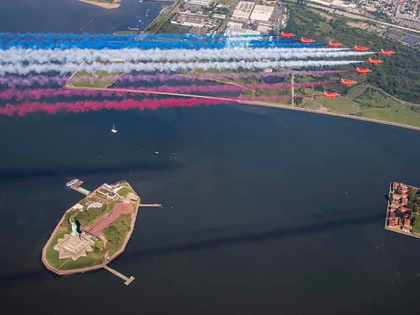 RAF Red Arrows - Statue of Liberty and New York City Flyover - AirshowStuff