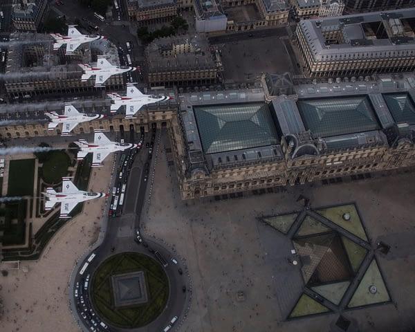 USAF Thunderbirds Over France - Louvre
