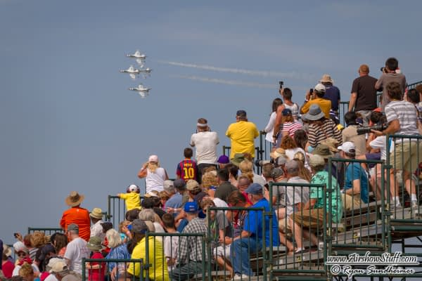 USAF Thunderbirds and Crowd - AirshowStuff